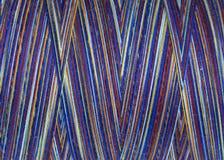 Fils multicolores dans la bobine, macro Photographie stock