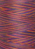 Fils multicolores dans la bobine, macro Photos libres de droits