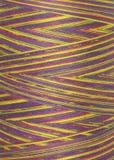 Fils multicolores dans la bobine, macro Photo stock