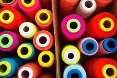 Fils multicolores de bobine, fils de couture Photo libre de droits