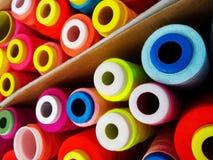 Fils multicolores de bobine, fils de couture Images stock