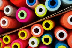 Fils multicolores de bobine, fils de couture Photos stock