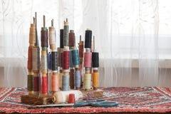 Fils multicolores de couture de couleurs en pastel douces de vintage sur le spo Image libre de droits