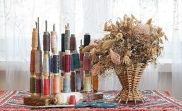 Fils multicolores de couture de couleurs en pastel douces de vintage sur le spo Image stock