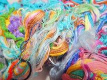 Fils multicolores de soie Texture colorée de fond Images stock