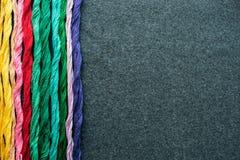 Fils multicolores lumineux de fil de broderie Écheveaux de multicolo Photo libre de droits