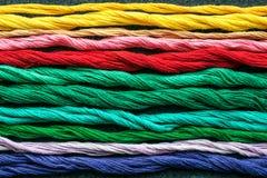 Fils multicolores lumineux de fil de broderie Écheveaux de multicolo Image libre de droits