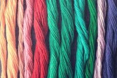 Fils multicolores lumineux de fil de broderie Écheveaux de multicolo Images libres de droits