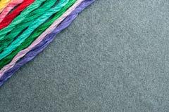 Fils multicolores lumineux de fil de broderie Écheveaux de multicolo Photo stock