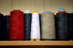 Fils multicolores teintés de bobine d'image sur l'étagère Images stock