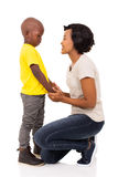 Fils parlant de femme africaine Photo libre de droits