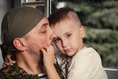 Fils pour engendrer partir sur le service militaire photo libre de droits