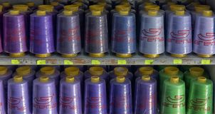 Fils pour les machines à coudre sur le magasin d'étagères Image stock