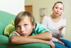 Fils réprimandant d'adolescente de mère Images libres de droits