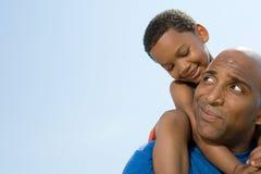 Fils sur des épaules de pères images libres de droits