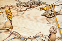 Fils tordus, boule tissée, cuvettes en bois, bibelots tordus tressés décoratifs Image stock