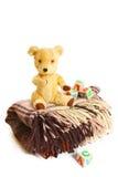 Filt, nallebjörn och träkuber som isoleras på vit Arkivfoton