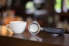 Filterhållare och kopp för vitt kaffe Royaltyfria Foton