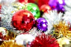 Filterstreifen- und Weihnachten-Baumdekorationen Stockfotos