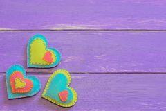 Filthjärtauppsättning Valentinbakgrund med sydde filthjärtor på wood plankor lyckliga valentiner för kortdag spelrum med lampa Royaltyfria Foton