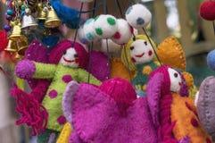 Filtleksaker Den ljusa woolen leksaker i ställer ut av en presentaffär arkivfoto