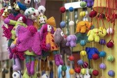 Filtleksaker Den ljusa woolen leksaker i ställer ut av en presentaffär royaltyfri bild