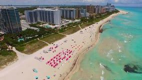 Filtração aérea da cena de Miami Beach do oceano a costear