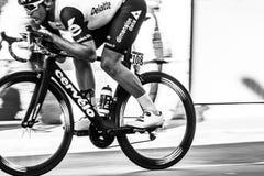 Filtração da bicicleta do ciclista profissional imagens de stock