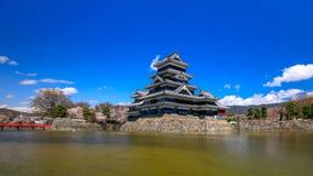 a filtração de 4K Timelapse disparou do castelo de Matsumoto na mola, Japão filme