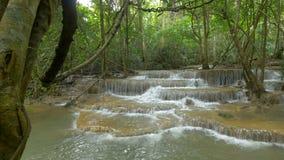 A filtração disparou da cachoeira em Kanchanaburi, Tailândia vídeos de arquivo