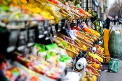A filtração disparou de um suporte de frutas e legumes em uma rua em Paris fotografia de stock royalty free