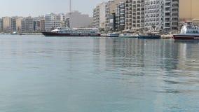 A filtração do barco maltês tradicional para turistas cruza filme