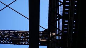 Filtração sob o formulário velho da ponte do metal oxidado embaixo filme