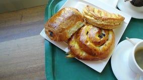 Filtração sobre o café da manhã do francês com Viennoiseries diverso video estoque