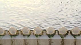 Filtracja kanalizacyjna uzdatnianie wody scena wodny przepływ przez stalowej siatki zdjęcie wideo