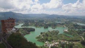 Filtrado de la opinión aérea del abejón La Piedra del Peñol en Colombia almacen de metraje de vídeo