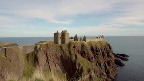Filtrado de la visión que mira el castillo de Dunnotar en Escocia metrajes