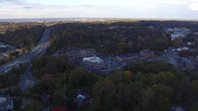 Filtrado de la vista aérea de la ruta azul de la carretera nacional 476 en el municipio de Radnor, Villanova, Pennsylvania metrajes