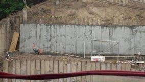 Filtrado de la vista de la fundación de la construcción Estructura del muro de cemento en la cuesta de la colina almacen de video