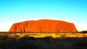 Filtrado del lapso de tiempo del uluru en el Territorio del Norte en la puesta del sol