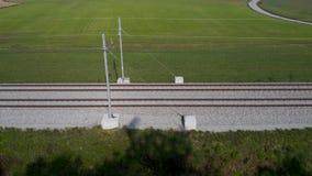 Filtrado del tiro de las pistas de ferrocarril en campo rural almacen de metraje de vídeo