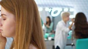 Filtrado del tiro de los trabajadores del salón de belleza que sirven a clientes femeninos metrajes