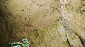 Filtrado del tiro de rocas en la cueva almacen de metraje de vídeo