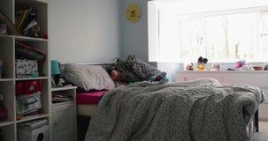 Filtrado del tiro de un dormitorio de los niños almacen de metraje de vídeo
