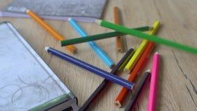 Filtrado del tiro de un escritorio de la escuela con diversas fuentes coloridas almacen de metraje de vídeo