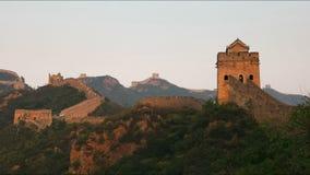 Filtrado del tiro izquierdo de la Gran Muralla de China en la puesta del sol metrajes