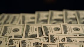 Filtrado detrás de una capa de 100 billetes de dólar de USD metrajes