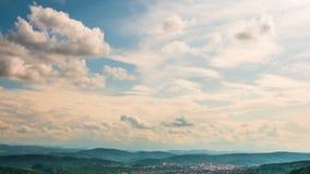 Filtrado encima de timelapse del cielo hermoso sobre un pueblo de montaña almacen de metraje de vídeo