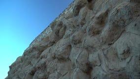 Filtrado a lo largo de una pared de piedra vieja metrajes