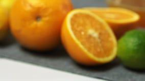 Filtrado sobre los ingredientes para el mousse de chocolate con la jalea anaranjada almacen de metraje de vídeo